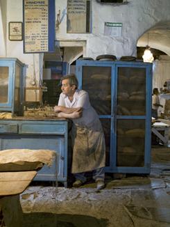 Ο κυρ-Νίκος Βαμβακούρης στο φούρνο του. Τον γνωστό φούρνο του Γιώρα, ονομαστό ξυλόφουρνο μοναδικό στο είδος του ζωντανό μνημείο πολιτισμού.