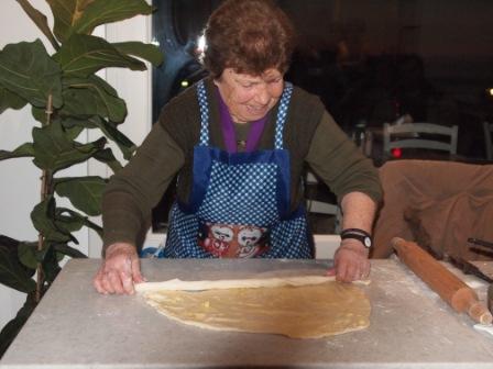 Η Παναγιώτα κατά τη διαδικασία ανοίγματος του φύλλου για τη μελόπιτα