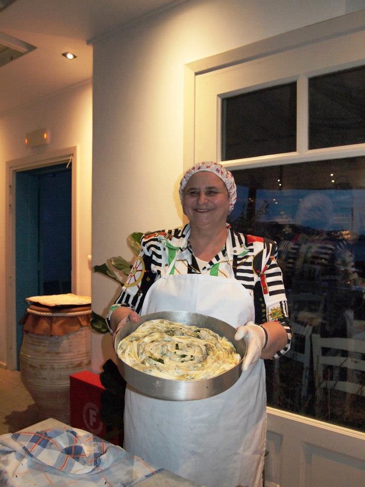 Η Βάσω Γ. Χαρχαντή, από τον Λογγά Τρικάλων, 38 χρόνια κατ' επιλογήν Μυκονιάτισσα, πρόσφερε συγκινητικές στιγμές στην παρέα της Λέσχης Γαστρονομίας Μυκόνου