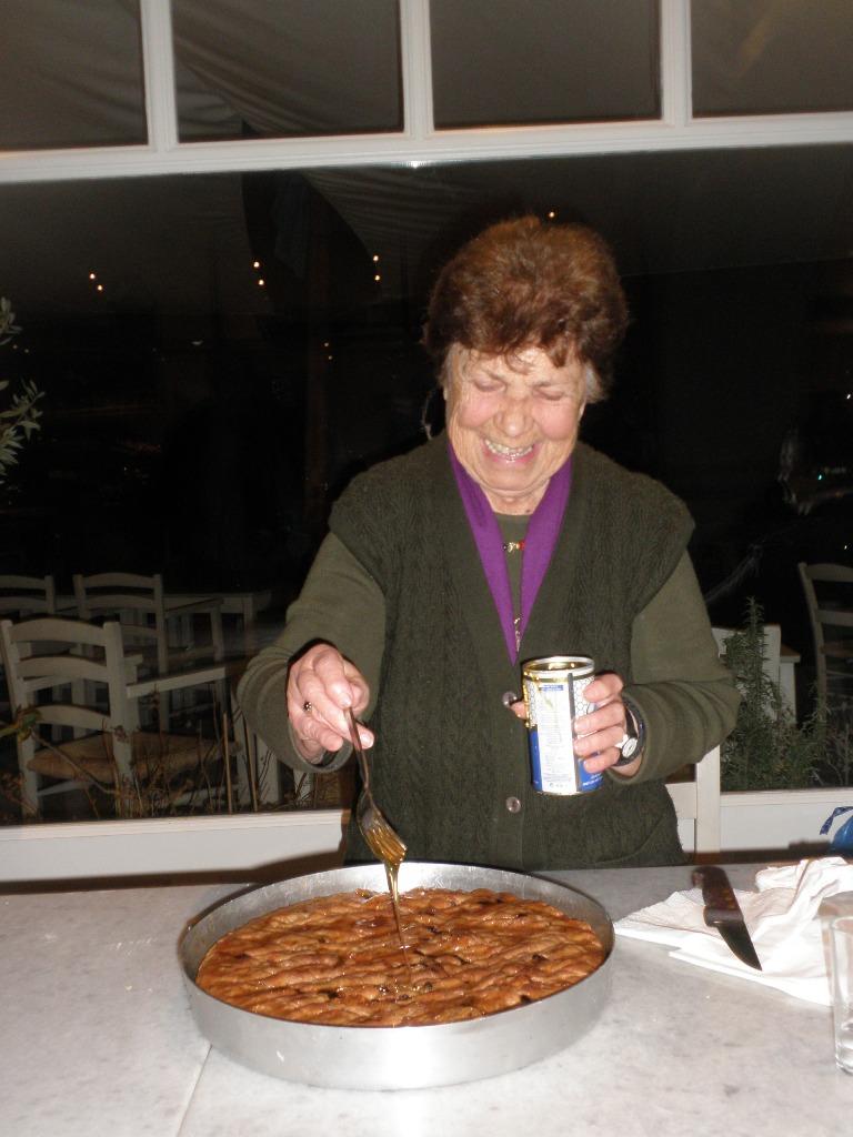 Το μέλι στη μελόπιτα μπαίνει στο τέλος κι ενώ η πίτα είναι ακόμα καυτή και ροδοκόκκινη, μόλις βγήκε από τον φούρνο.