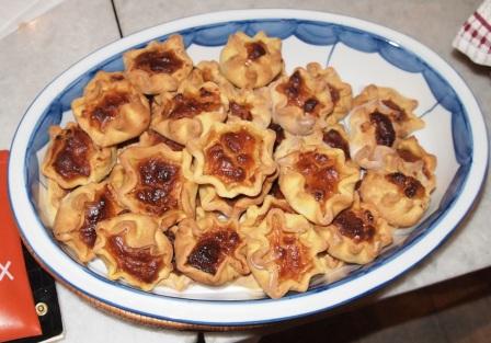 Τσιμπητά Μυκόνου με τυροβολιά, μέλι, κανέλα και άρωμα πορτοκαλιού.