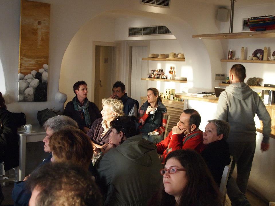 με ιδιαίτερο ενδιαφέρον φίλοι και φίλες παρακολουθούν τα ...μαγειρευόμενα στη Λέσχη γαστρονομίας