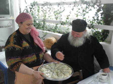 Ο πατέρας Θεολόγος ευλογεί μια από τις πίτες της Λέσχης που φτιάξαμε στην Άνω Μερά.