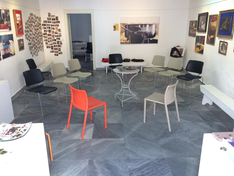 Η πλαϊνή αίθουσα εκθέσεων γωνία Νικ. Καλογερά και Παναχράντου αποτέλεσε σημαντικό, ζεστό και πολυδιάστατο χώρο για τις θερινές μας εκδηλώσεις: εικαστικά, συζητήσεις, μαγειρικές